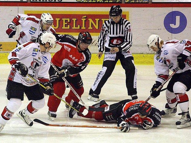 Znojemští hokejisté (v tmavých dresech) se rychle sžili s první ligou. Kádr, který vznikal před letošní sezonou, se železnou pravidelností střídá vítězné série s porážkami.