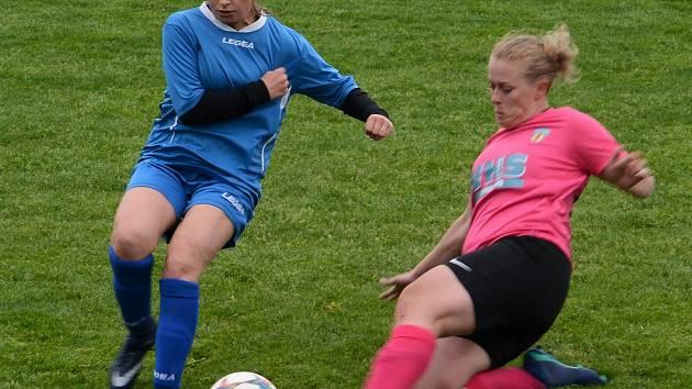 Monika Varhaníková (vpravo) má za sebou už druhou sezonu v dresu týmu žen tasovického Sokola.