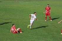 Fotbalisté Tasovic (v bílém) sice jako první dali Bystřickým gól, hosté z Vysočina však utkání otočili. Příští neděli čeká sokolí letku z obce nad řekou Dyjí soupeř ze Staré Říše.