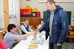 Mezi prvními přišel do volební místnosti v jedné ze znojemských základních škol také olympionik a kandidát za ODS Květoslav Svoboda. Plavce poznávali lidé z volební komise, na chodbách školy mu lidé spontánně vyjadřovali podporu.