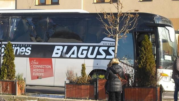 Slovenský autobus měl v pátek před polednem nehodu na rušné ulici ve Znojmě. O stojící dodávku si zničil většinu svých skel na pravém boku.