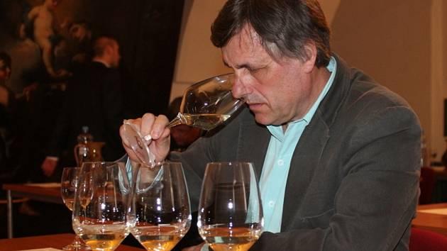 """Podobně jako v minulých letech i letos se ve znojemském Louckém klášteře sešla komise vinařů, aby vybrala vína, která budou moci používat prestižní označení """"vína originální certifikace"""", tedy VOC."""