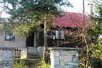 Na kraji lesa nedaleko Hnanic stojí Fládnitzská chata. Vedení Národního parku Podyjí ji plánuje opravit.