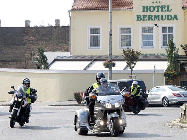 Kolona zhruba patnácti motorek, které řídí policisté z různých evropských zemí, vyrazila ve čtvrtek z Vídně a přes Znojmo pokračovala na Prahu. Policisté vyjeli již dříve z Itálie a jejich cílem je Nepál.
