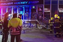 Požár prodejny u zimního stadionu likvidovali ve středu navečer znojemští hasiči.