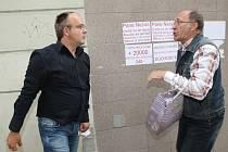 Alois Janák  brání vylepené letáky před majitelem domu