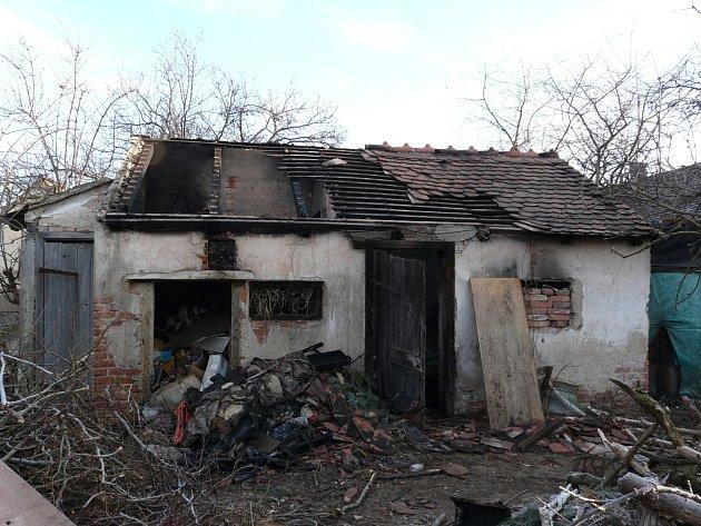 V neděli kolem třetí hodiny ranní hořel přístřešek rodinného domu, chytil také půdní prostor nad domem o velikosti tři krát pět metrů. Hasiči požár zlikvidovali během necelé hodiny.
