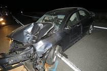 Opilý řidič naboural také autobusovou zastávku.