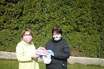 Ženy v Kuchařovicích ušily stovky roušek. Foto: archiv obecního úřadu