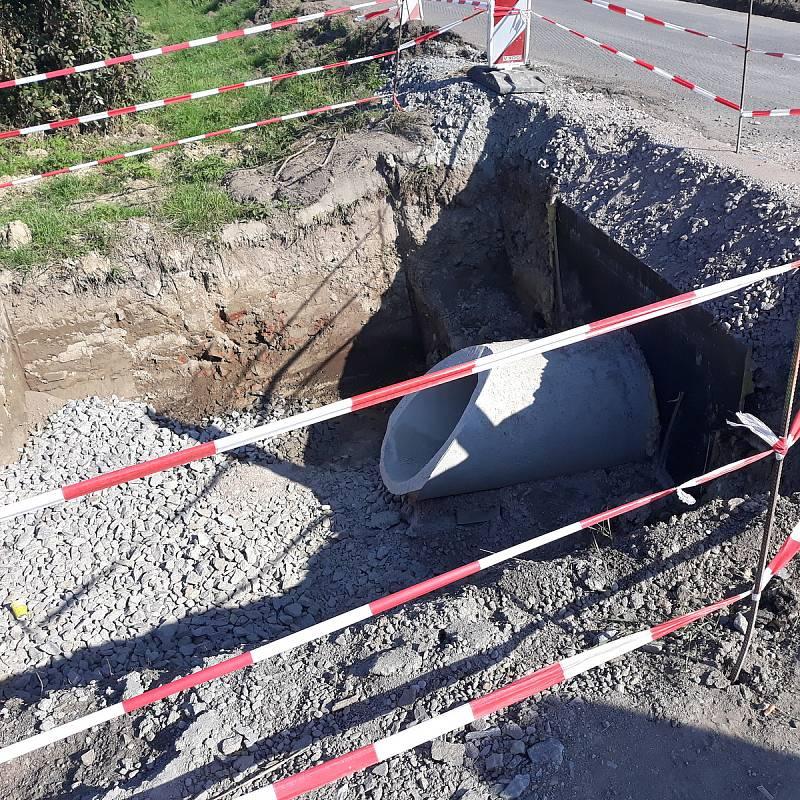 Po hladkém povrchu od křižovatky na Chvalatice po začátek obce Zálesí u Štítar se projedou řidiči koncem listopadu. Rekonstrukce přinese i změnu přednosti v jízdě.