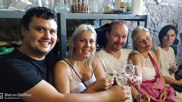Tasovičtí vinaři při tradičním předputování po sklepech.