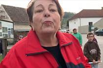 Místostarostka Vranova nad Dyjí Alena Horná plive na fotografa po ukončení happeningu.