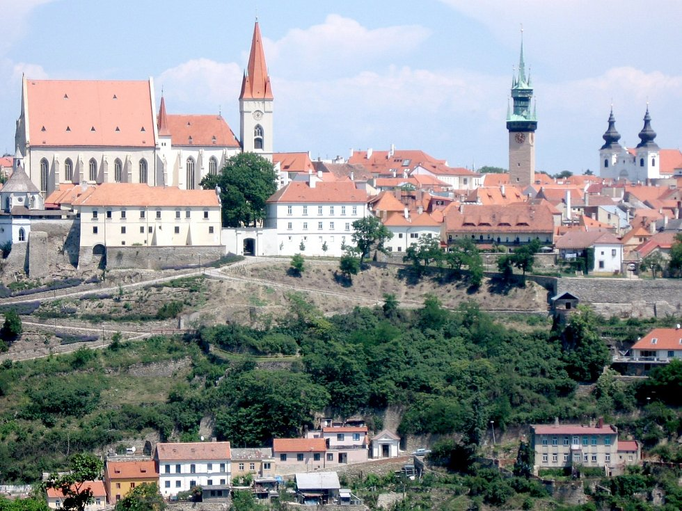 Pohled na Znojmo od jihu. Vlevo Mikulášský kostel, uprostřed se zelenou střechou Radniční věž, která láká na vyhlídku.