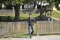 Tento muž je podezřelý ze spáchání násilné trestné činnosti na území Rakouska a České republiky.