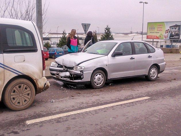 K nehodě tří aut v Kuchařovicích vyjížděli ve středu před polednem dopravní policisté ze Znojma.