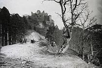 Řadu zajímavých scén z okolí Bítova a Vranova nad Dyjí zachytil na svůj fotoaparát bítovský rodák František Weidenthaler, který tam působil jako učitel. Zemřel 29. listopadu 1956, tudíž je aktuální výstava zároveň poctou k 60letému výročí jeho úmrtí.