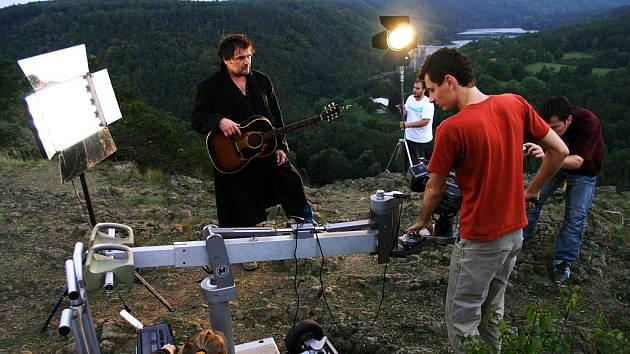 Hadovcová step s výhledem na dalešickou přehradu a jadernou elektrárnu v Dukovanech přitahuje také filmaře. S kytarou pózuje Roman Horký.