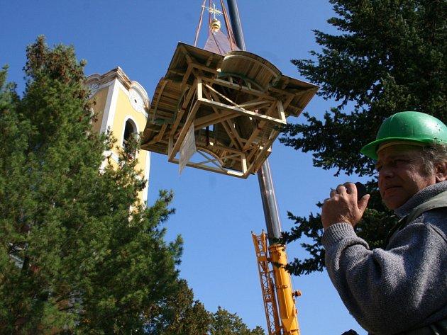 Strachotický kostel dostává novou střechu