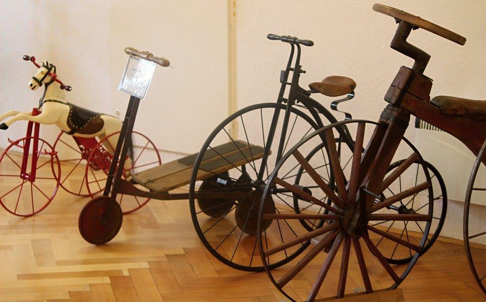 Výstavu organizuje znojemský CykloKlub Kučera. Exponáry zapůjčilo Muzeum kol v Boskovtejně, Muzeum motorismu ve Znojmě a sběratel Ivan Křivánek.