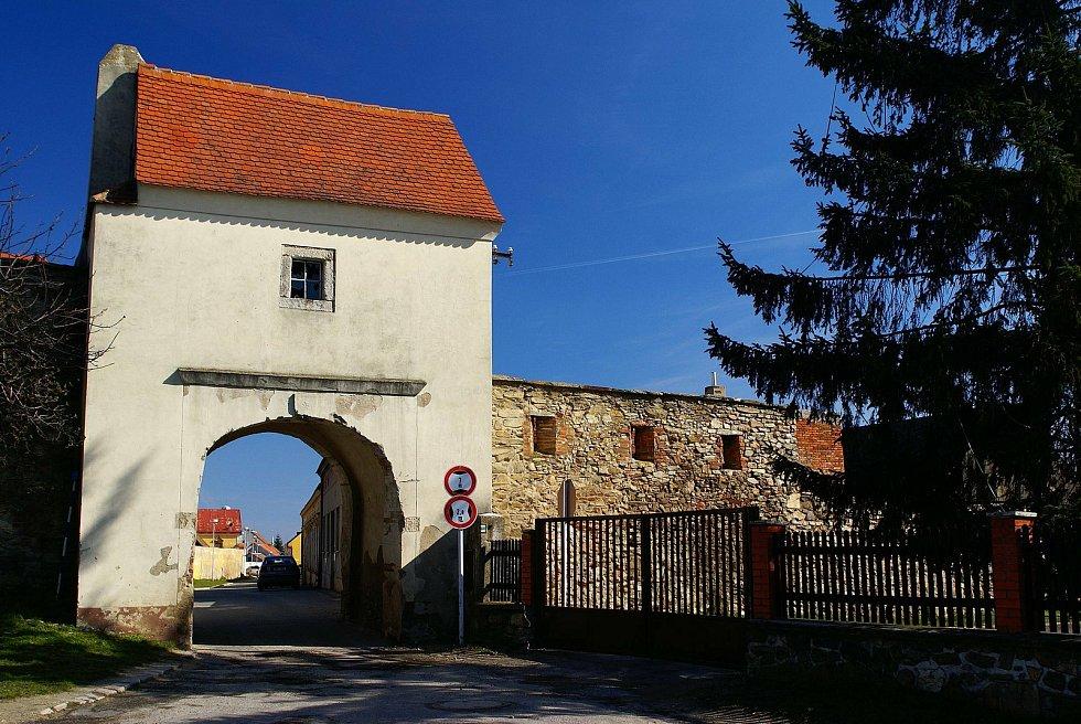 Brána městečka Hradiště ze 17. století. Zaplocená parcela v majetku města Znojma se nachází u hradeb za plotem Správy Lesů ČR.