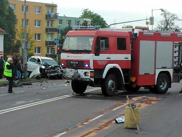 Na křižovatce ulic Dukelských bojovníků a Krapkova se srazil náklaďák profesionálních hasičů s osobním autem.