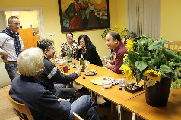 Lidovci se sešli kolem sedmé hodiny večerní ve své kanceláři na Havlíčkově ulici ve Znojmě. Kromě lídra znojemských lidovců Pavla Jajtnera výsledky komunálních voleb očekával iúspěšný kandidát na senátora Jiří Němec.