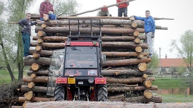 Dobrovolní hasiči a fotbalisté z Havraníků staví desetimetrovou vatru k tradici pálení čarodějnic.