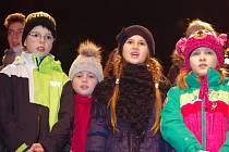 Adventní program na Masarykově náměstí bude patřit v úterý vystoupením dětí.
