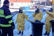 V Moravském Krumlově začali v sobotu dopoledne hasiči s veterináři likvidovat drůbež a ptáky ve všech domácnostech. Chovatelé přicházejí o slepice, kohouty, ale také například holuby či pávy.
