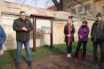 První procházka po obnovené stezce v Moravském Krumlově.