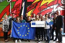 Setkání pedagoů zapojených do projektu Erasmus se účastnily i a Bazalová (drží v levé ruce menší plakát) a Hana Soldánová (vlevo od ní) ze znojemské GPOA.)