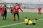 Fotbalisté divizních Tasovic (v černém) prohráli v sobotu předposlední přípravný zápas s Velkým Meziříčím 3:3.