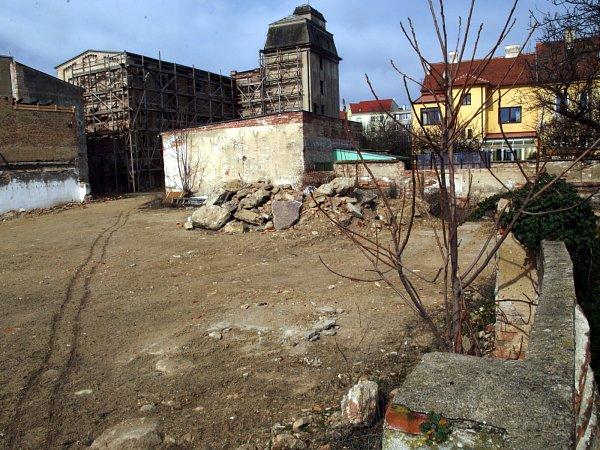 Rodinné domy kolem Kellerova mlýna ve Znojmě uŽižkova náměstí nechtějí ve svém vnitrobloku (obrázek vpravo) čtyřpodlažní bytový dům, který tam plánuje soukromá firma.