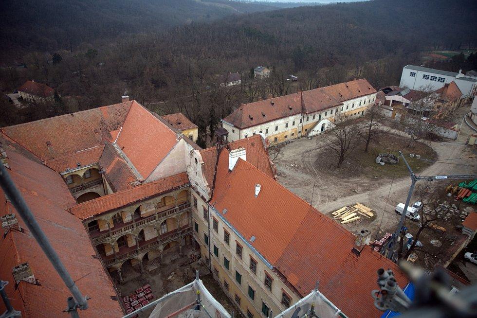 Impozantní pohled zvrcholu věže krumlovského zámku.města, která roky chátrala, dostává novou podobu.