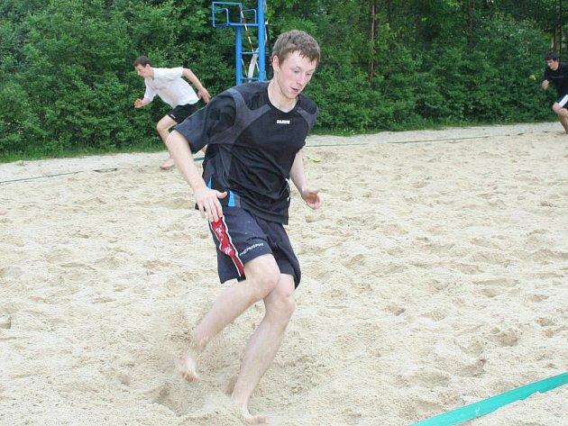 Znojemští florbalisté se připravují na nadcházející sezonu, kterou stráví v první lize. Zajímavostí je, že jeden z mnoha tréninků znojemských florbalistů se odehrává na beachvolejbalovém kurtu.