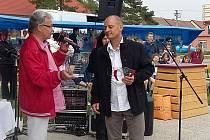 Člen Sokola Vedrovice Michal Kolegar (vpravo) přebral první květnovou sobotu ocenění za životní jubileum 50 let z rukou předsedy ČUS Znojmo Zdeňka Kolesy.