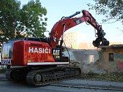Hasiči ze záchranného útvaru v Hlučíně začali s demolicí zadní části bývalých budov Městské zeleně mezi Pražskou a Dvořákovou ulicí ve Znojmě.