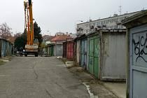 Vedení Znojma nechává po dohodě s majiteli odvážet mobilní garáže z lokality nazývané Amerika u Přímětické ulice.