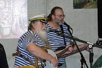 Páteční program znojemského Jazzfestu patřil tradiční jazzové noci v klubech. Program zahájil znojemský Šarivary swing band v hotelu Lahofer.