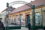 Repasovanou historickou bránu znojemského pivovaru nainstalovali zpět řemeslníci počátkem prosince.