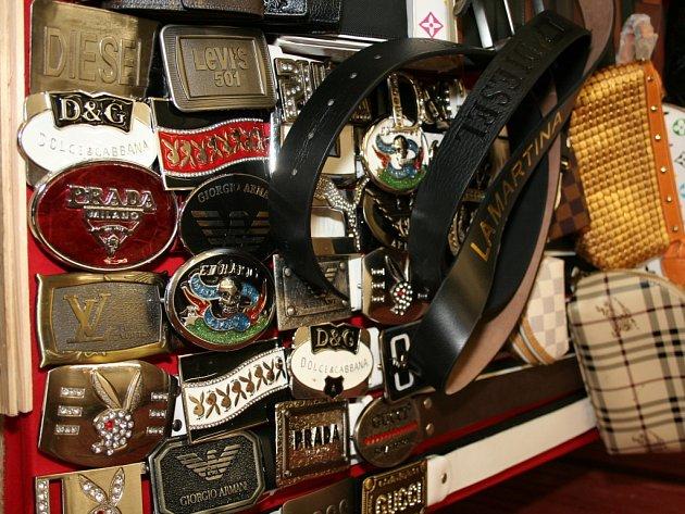 Padělané zboží zabavené v tržnici. Ilustrační foto.