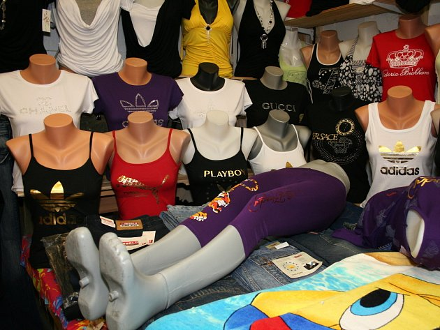 Celníci kontrolovali prodej padělaného zboží v Hatích.