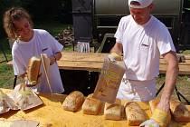 Několik tisíc návštěvníků zavítalo v sobotu do Slupi na tradiční Slavnosti chleba, které obec pořádá spolu s brněnským Technickým muzeem.