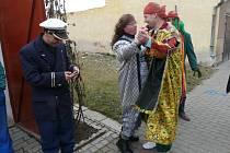 Tradici maškarní plesů obnovili fotbalisté ve Chvalovicích.