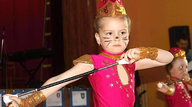V sobotu odpoledne praskal šumenský sál ve všech. Návštěvníci tleskali deseti hudebním či tanečním vystoupením dětí i dospělých.