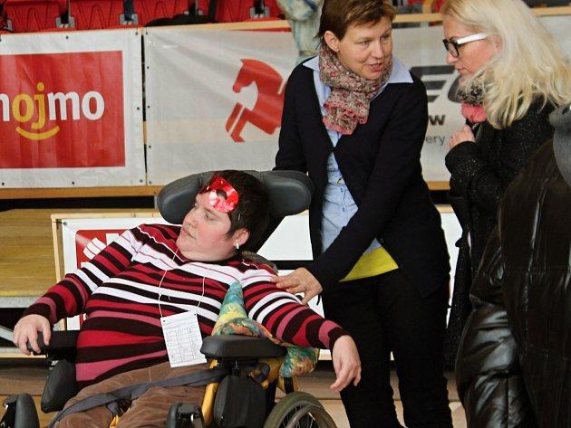 Sportovní hala ve Znojmě zažila již třetí ročník akce nazvané Úsměvy. Jejím smyslem je umožnit setkání lidem s postižením i bez něj.