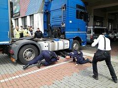 Kontrola technického stavu nákladních aut.