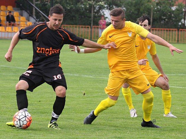 Prohru 2:4 přineslo utkání 22. kola 1.A třídy skupina FK Znojmo (v tmavém) - TJ Sokol Dobšice.