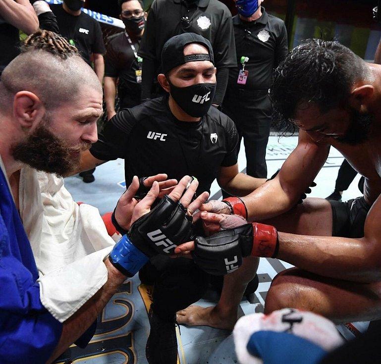 """MMA zápasník Jiří """"Denisa"""" Procházka děkuje za bitvu svému soupeři Dominicku Reyesovi."""