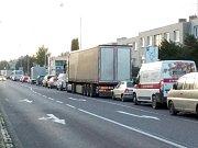 Dopravní situace v pondělí ráno. Kamiony nemají jinou možnost, než projet Znojmem po silnici číslo I/38. Tedy Pražskou ulicí (na snímku) a dál centrem města.